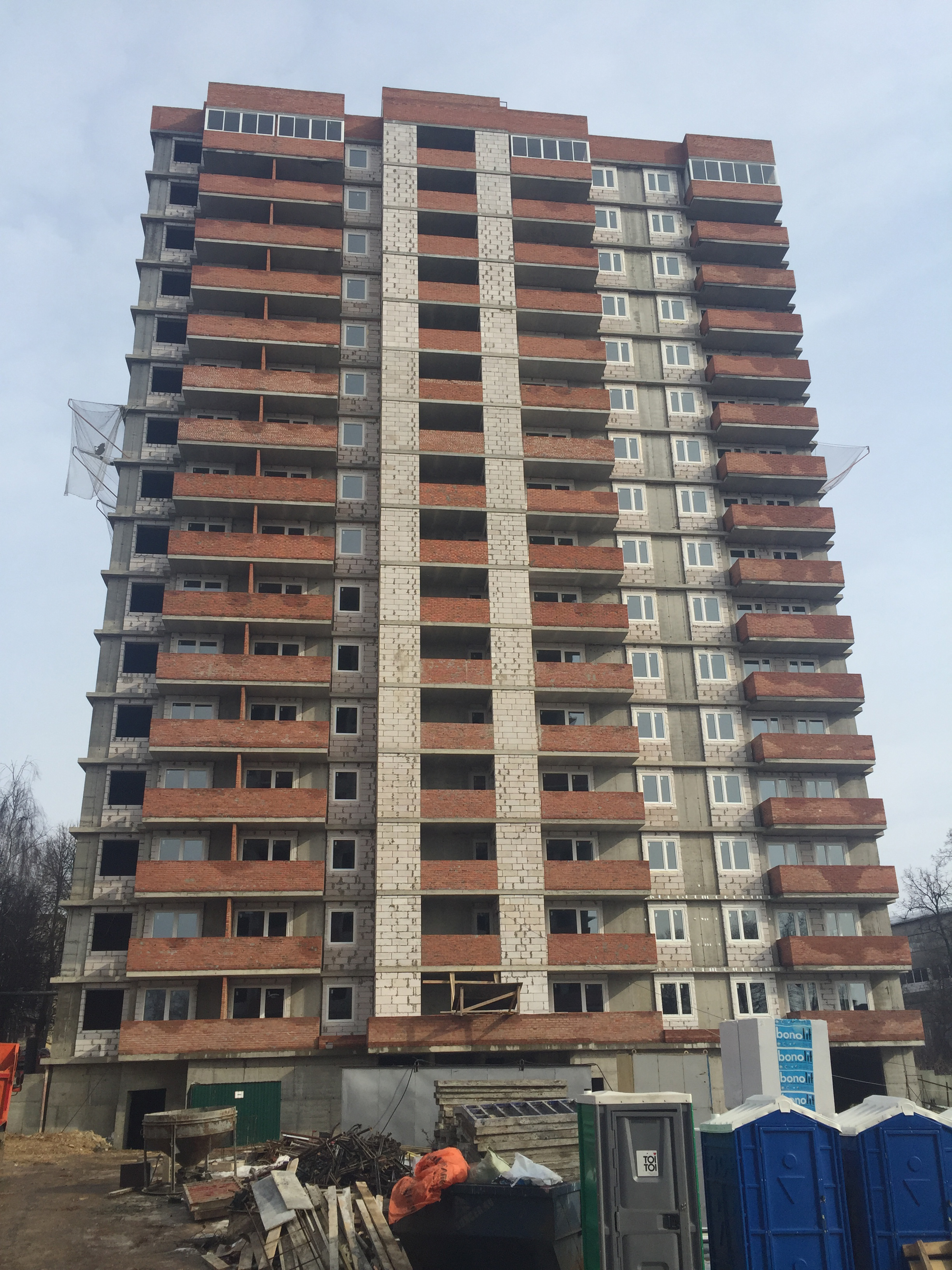 Остекление балконов на уровне 16 этажа.