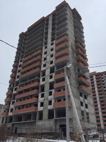 Возведение межквартирных перегородок, оконных блоков и балконов  на уровне 10 этажа.