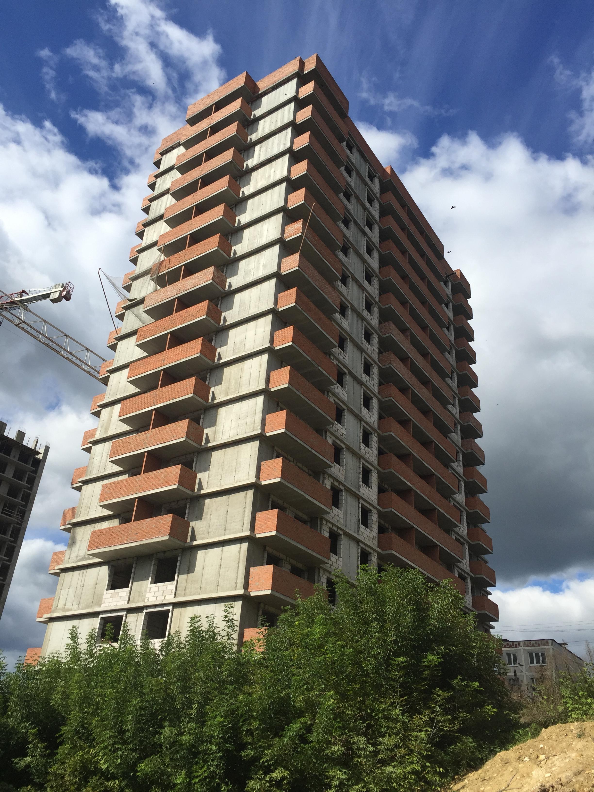 Полностью закончены монолитные работы, возведены межквартирные перегородки, оконные блоки и балконы. Завершено устройство мягкой кровли на крыше.