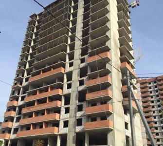 Возведение технического помещения на крыше. Монолитные работы на уровне 17 этажа. Возведение межквартирных  перегородок, оконных блоков и балконов на уровне 8  этажа.