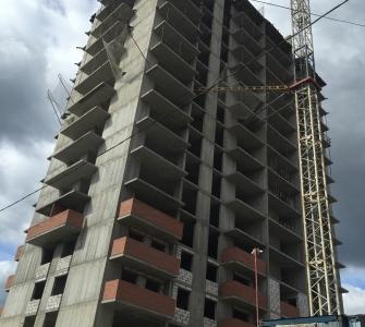 Монолитные работы на уровне 17 этажа. Возведение межквартирных  перегородок, оконных блоков и балконов на уровне 4-5 этажей.