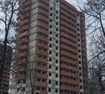 Монтаж пластиковых окон на уровне 15-16 этажей. Устройство подпорной стенки секций А и Б.
