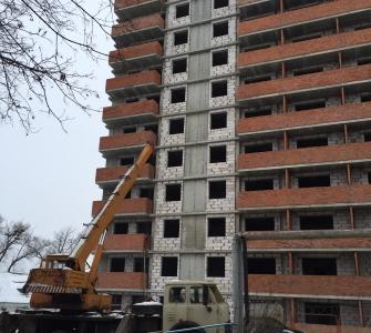 Завершаются работы по выносу участка теплотрассы, проходящей по строительной площадке. Ведутся работы по подключению домов к теплосистеме города и по устройству подпорной стенки секции Б.
